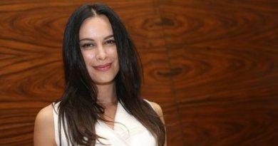 Seksi, Sophia Latjuba Pamer Kaki Jenjang Bak Artis Hollywood