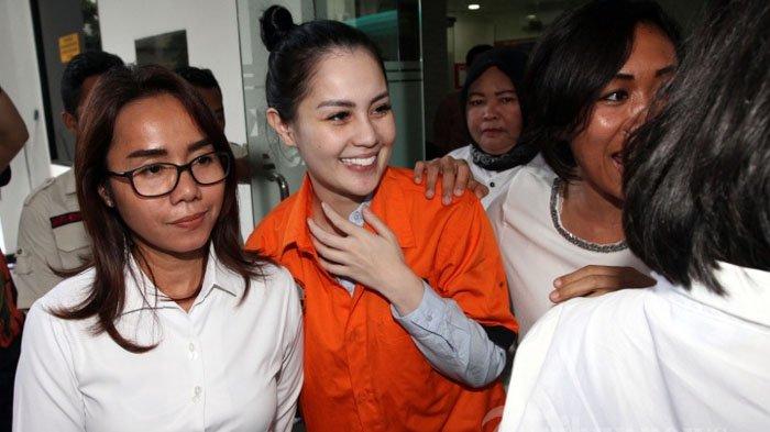 Jennifer Dunn dan Temannya Foto Manja Pakai Piyama di Penjara?