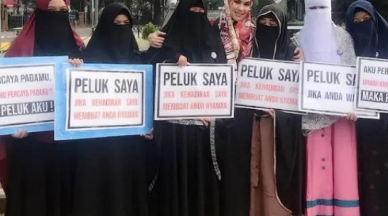 Suasana Haru Menyelimuti Momen Kebersamaan Kartika dan Para Muslimah Bercadar