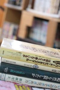 本が積み重なっている