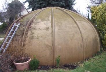 """Der """"Pilz"""", wie ihn der Neueigentümer des Hauses nannte als beherrschendes Element des winzigen Gartens."""