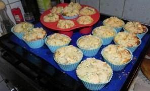 Sehen die nicht lecker aus? Ich hatte etwas Angst, weil es Apfel-Käse-Mohn-Kuchen war und die Käsecreme sehr flüssig ...