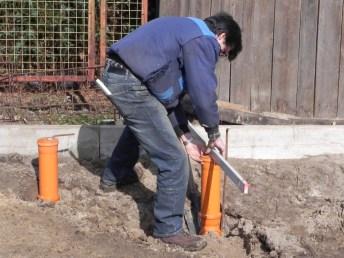 Die Höhe des Stehrohrs muss eingewogen werden, damit es nachher mit der Bodenplatte überein stimmt.
