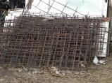 Diese alten Eisenstangen und -matten, die wir überall vom Grundstück und einer alten Baustelle eingesammelt haben, wurden miteinander verbunden.