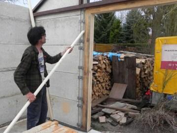 Die auftretenden Lücken zwischen Pfosten und Holzpfosten beispielsweise schließen wir mit dieser Leiste, weil sonst eventuell die Klammern verrutschen könnten.