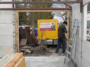 Die Pfosten-Balken-Konstruktion (also der Rahmen) wird noch an den Stahlräger geschraubt, danach das Tor eingesetzt.