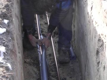 Die Rohre wurden in selbstklebende Isolation verpackt, d.h. an der Fuge sind Klebestreifen.