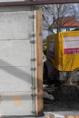 Da am Betonpfosten ein Falz vorhanden war, konnte dort der Holzpfosten mittels Eisenklammern befestigt werden.