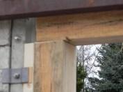 Der Deckbalken musste für die Stangenkonstruktion des Tores eingeschnitten werden.