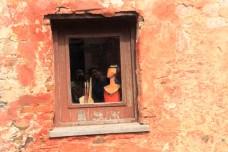 Pequeninas janelas das casas e comércios