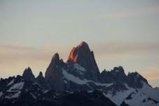 O imponente Cerro Fitz Roy, avermelhado pelo crepúsculo