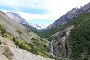 Rio e bosques na trilha do Mirador Del Paine