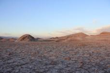 O chão rachado e esbranquiçado do Vale da Lua
