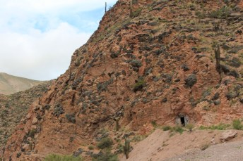 Na descida da Cuesta del Lipán, encontramos esta porta misteriosa bem no meio de uma montanha. Nos aproximamos, mas achamos melhor não entrar. Não é um pouco assustador?