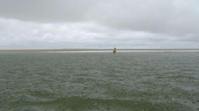 Aproveitamos a maré baixa para nadar e conversar com alguns pescadores