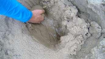Cavando um pouco, temos acesso à água que infiltrou no solo dos Lençóis