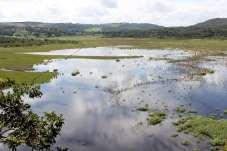 Na região, existem vários túneis subterrâneos, os sumidouros, por onde a água escapa e brota em outros lugares, às vezes a quilômetros de distância da lagoa original