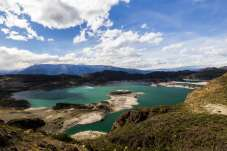 Lago de águas esverdeadas pelo caminho