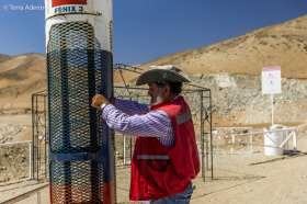 Jorge abrindo simbolicamente a cápsula Fênix 3, que resgatou os mineiros debaixo da terra