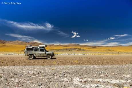 Mochileiro em frente às lindas Punas, vegetação típica dos altiplanos andinos