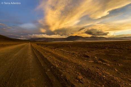 O incrível pôr do sol no Salar de Águas Calientes, Paso de Sico