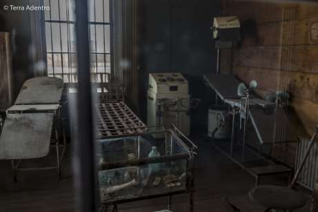 O antigo consultório do dentista da cidade. Tudo foi deixado para trás