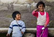 Meninos no interior do Peru