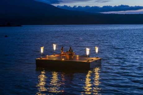 No outro extremo do Lago, os turistas estrangeiros apreciam bons momentos ao pôr do sol