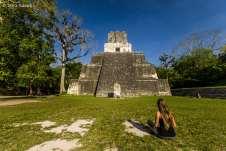 Em frente ao Templo II, a pirâmide construída em homenagem à Rainha
