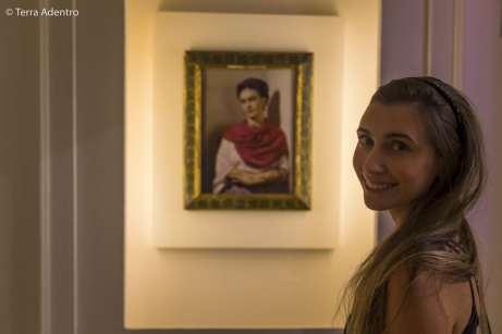 Em frente ao famoso retrato da pintora mexicana, Frida Kahlo
