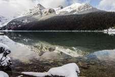 Um lago lindo e perfeitamente espelhado