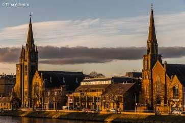 Entardecer em frente às Igrejas de Inverness