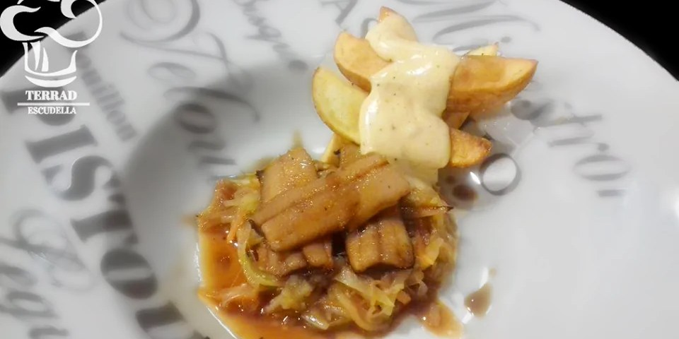 caballa con patatas bravas