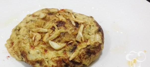Receta de tortilla de bacalao con patatas y ajos tiernos