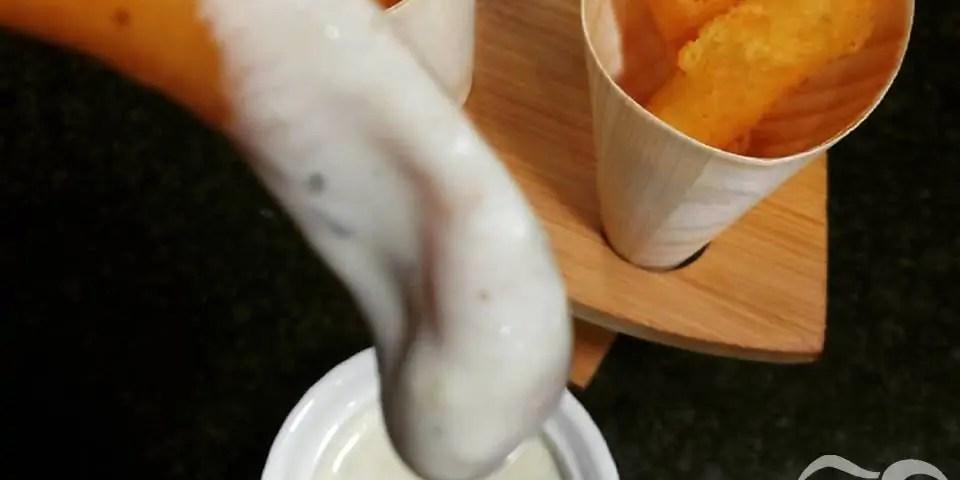 Receta de churros de patata y parmesano con salsa de queso azul