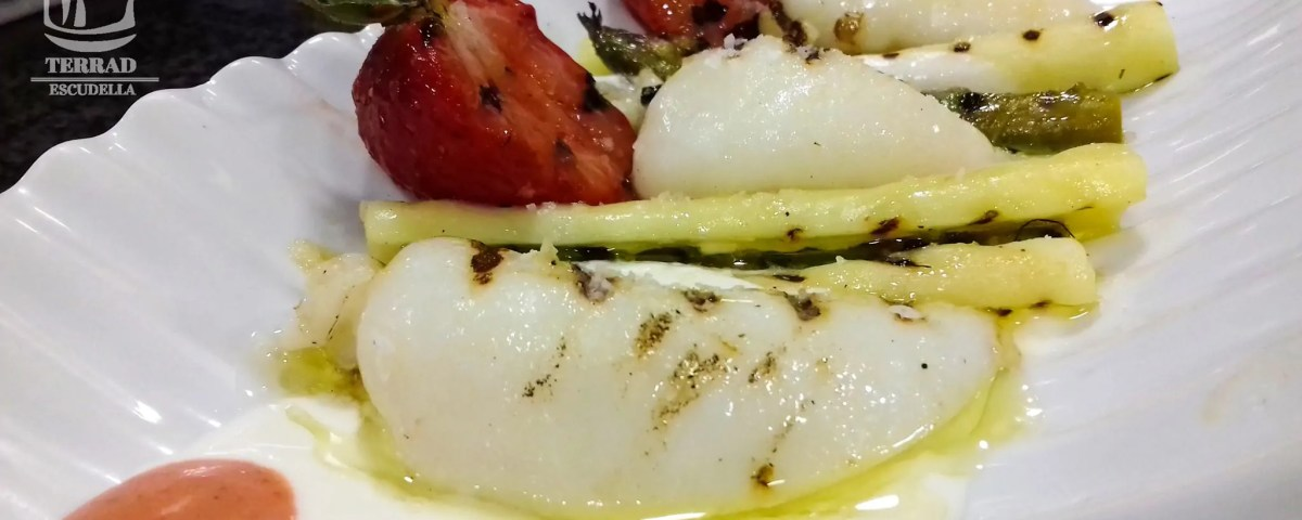 Receta de sepia, esparrgos, fresas y yogur