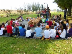 I bambini della scuola raccolgono il mais