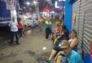 Pessoas dormem em fila para garantir compra em promoção de loja