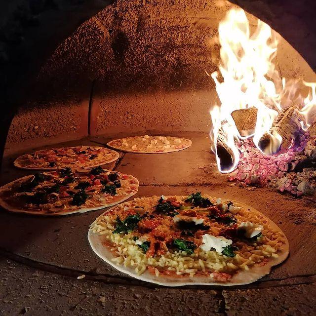 zelfgemaakte pizza uit de steenoven