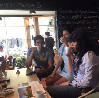Travelers enjoying and tasting Costa Rican organic coffee during the foodie city tour Escalante