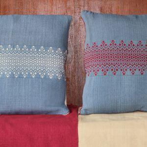 C'est un ensemble de coussin tissés main, composés de lés épais. Chacun possède une frisé de couleur, la première rouge bordeaux et la seconde blanche.