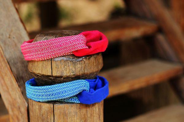 La photo présente les deux couleurs disponibles à ce jour pour les Headbands Kopeuki. Le rouge et le bleu.