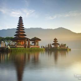 Sentir la fuerza  de la espiritualidad del del hinduismo de los habitantes locales  en la isla de Bali.