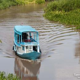 """Navegación en embarcación local """"klotok"""" por el río Sekonyer dentro de la majestuosa selva de borneo."""