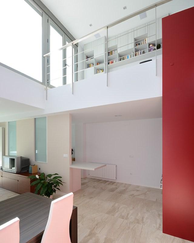 interior en blanco y rojo. salón altillo