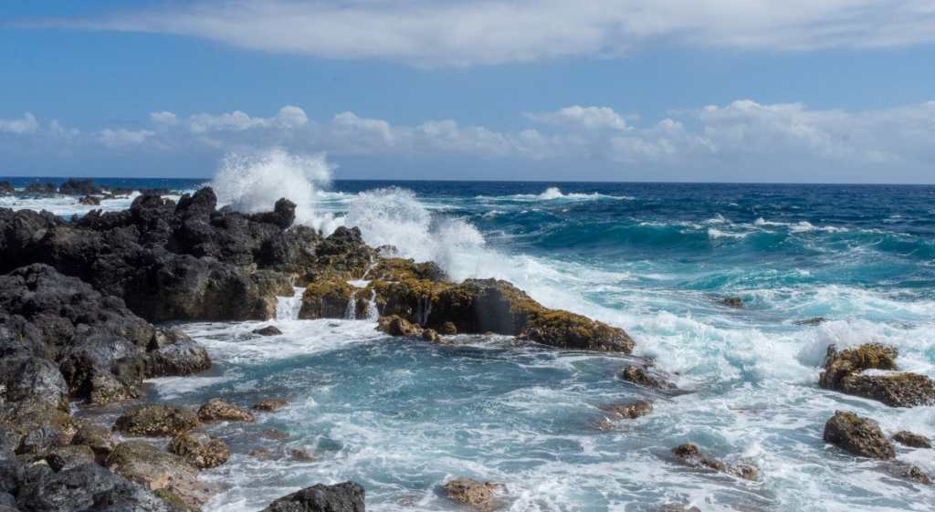 Tides hitting the rocks at Lapahoehoe Bay