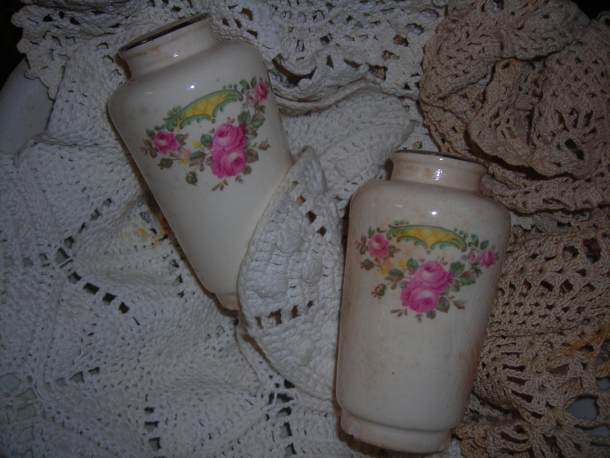 precious, precious vintage s&p shakers with pink roses