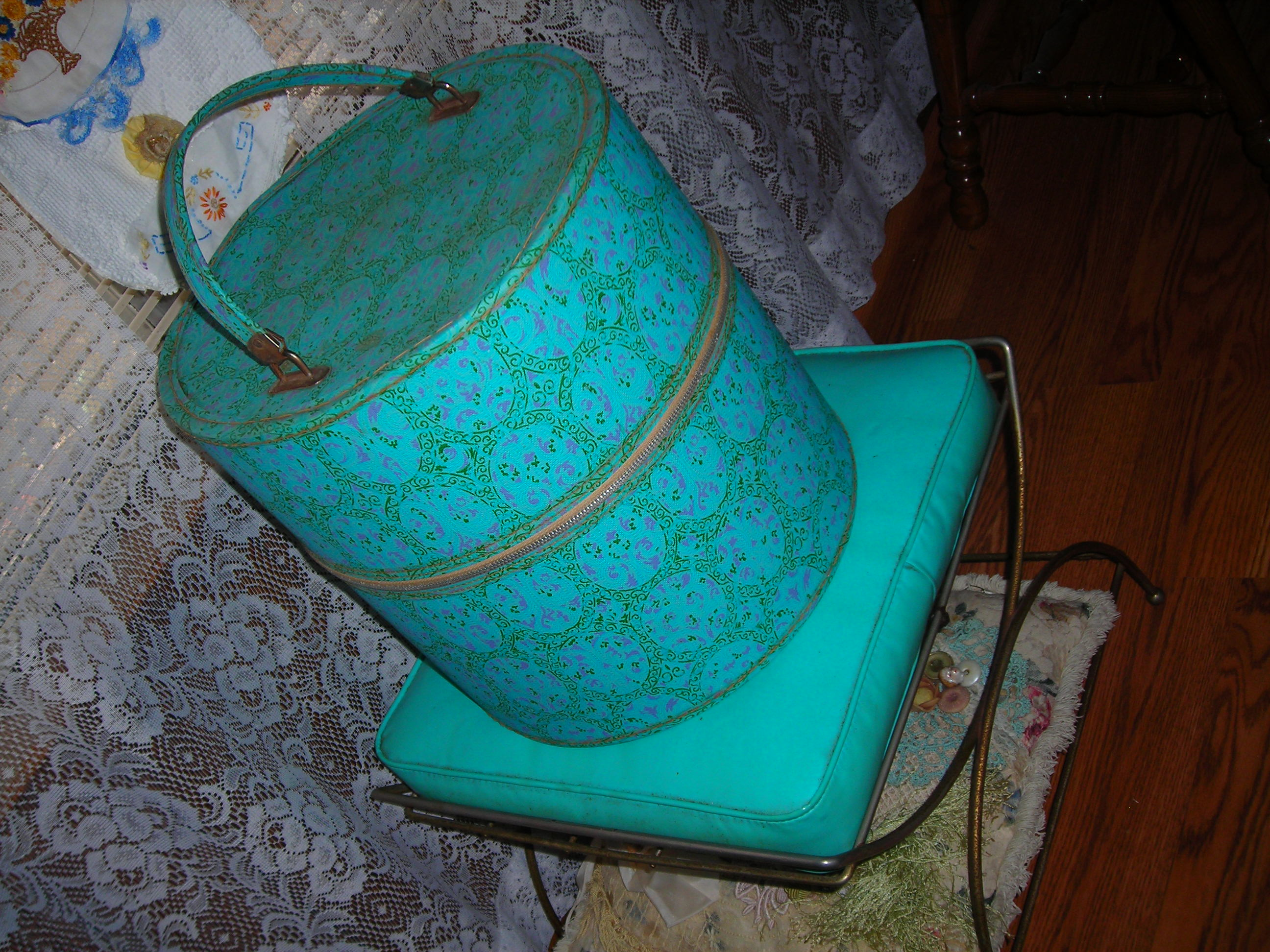 probably one of my fave pieces from the sales this weekend ... a turquoise wig box from the 1950s