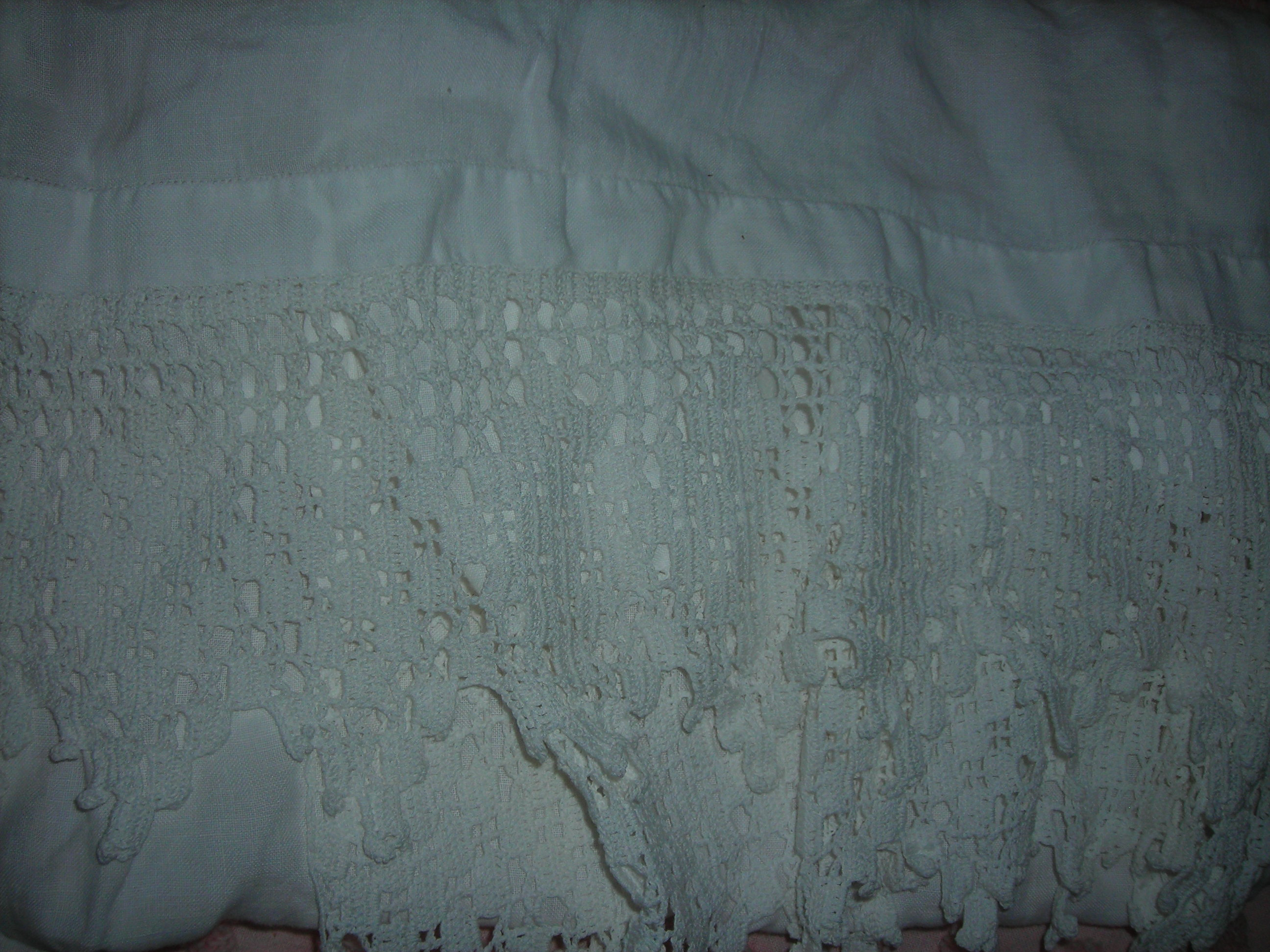 close up of the white runner with lovely lace. 10 cents.