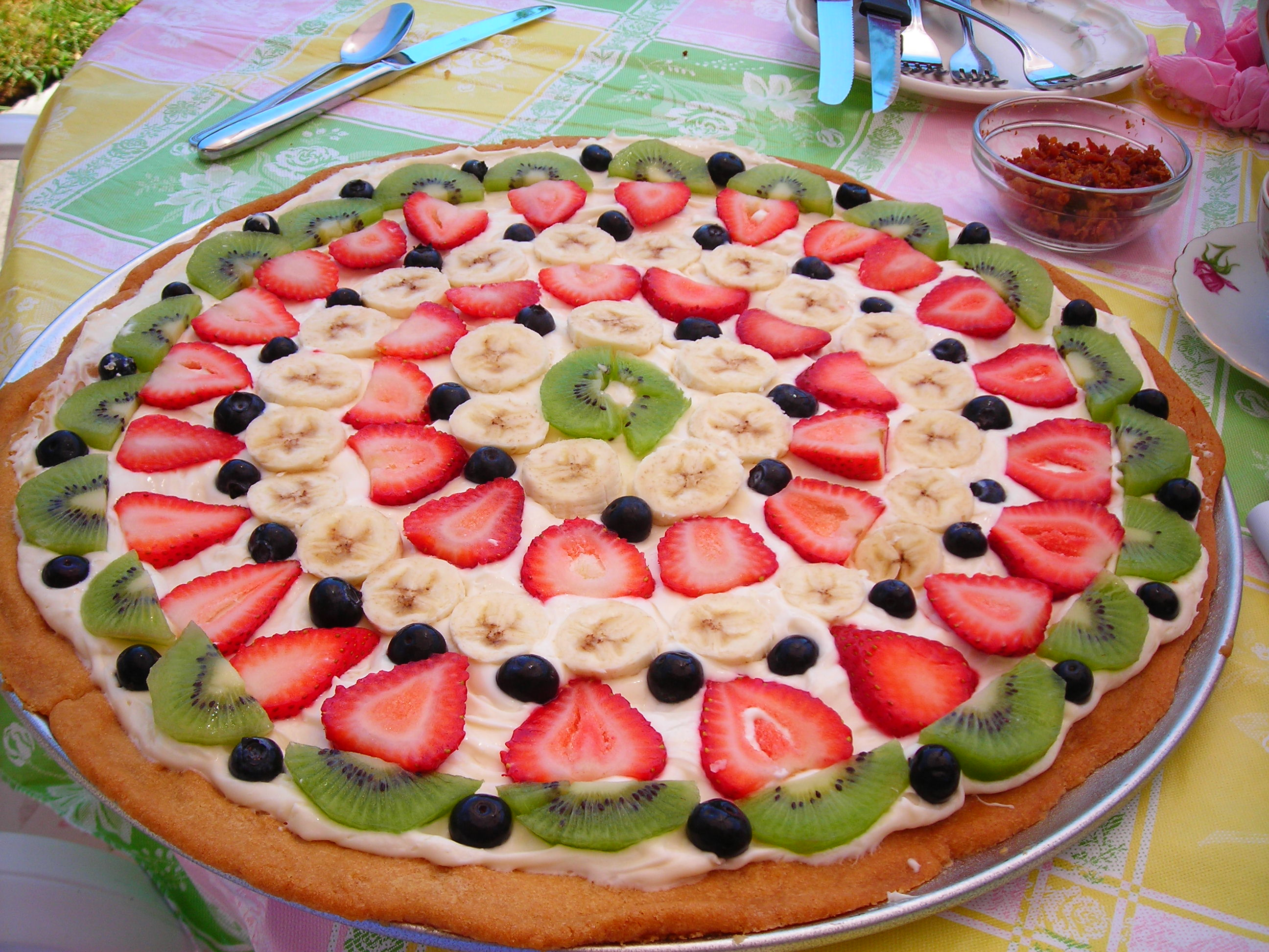 gorgeous and delicious fruit pizza, made by my own two feet. i mean, hands.